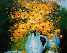 Желтые цветы в графине
